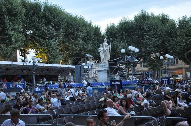 Atrativos na Piazza Napoleone em Lucca