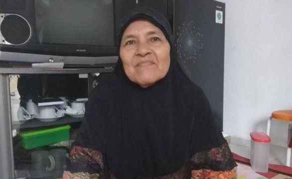 Perjuangan ibu : Makan Nasi Garam demi sekolahkan 7 anaknya - Kisah inspirasi seorang ibu berusia 72 tahun yang sudah ditinggal suaminya selama lamanya, dengan perjuangannya sendiri ibu ini menyekolahkan 7 anaknya.    Seperti dilansir dari tribunnews.com, Wanita asal palembang ini adalah istri dari almarhum Mustami mantan kepala sekolah Madrasah di Palembang.