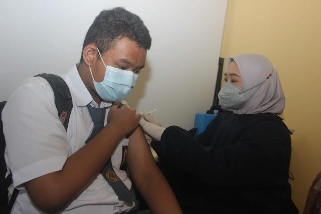Jelang PTM, SMKN 2 kota Cimahi Gelar Vaksinasi Massal Pelajar