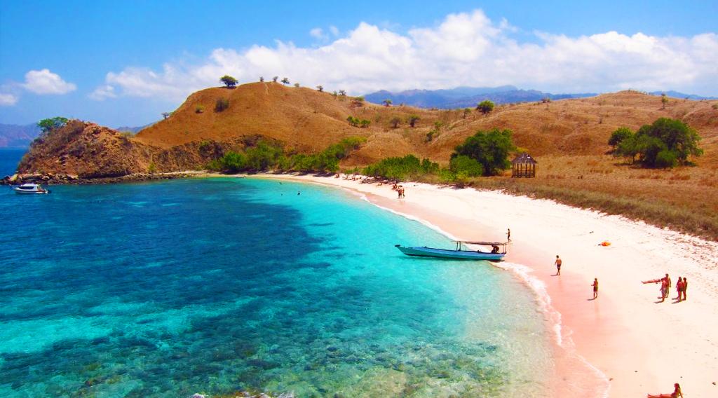 Pulau Komodo punya pantai unik berwarna pink yang indha sangat mempesona