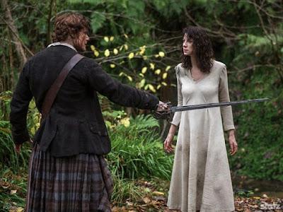 Jamie ameaçando Claire com uma espada