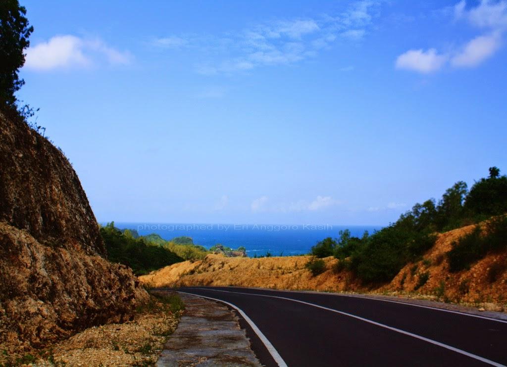 Foto Jalan membelah bukit kapur dan pinggir pantai