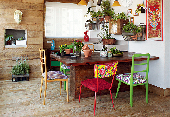 Resultado de imagem para mesa madeira cadeiras coloridas