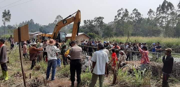 Ibu-ibu Berdemonstrasi, Tolak Pembangunan Kawasan Wisata Danau Toba