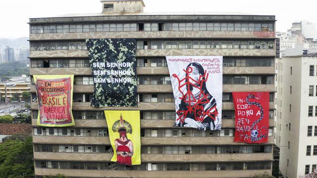 """""""Bandeiras na janela"""" ocupa o antigo prédio da Escola de Engenharia da UFMG"""