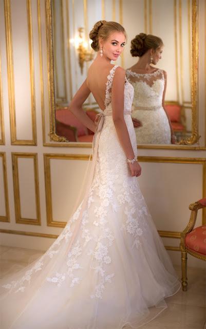 Brautkleid mit Spitze und Tüll mit offenem Rücken und Gürtel in taupe.
