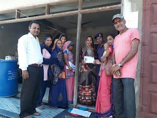 मतदाताओं को बीएलओ घर-घर जाकर दे रहे मतदाता पर्चीयां
