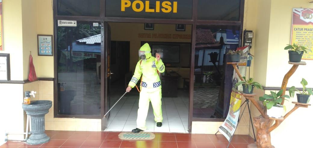 Ruang Pelayanan Polsek Kemangkon Disemprot Disinfektan