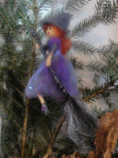 zawieszka na choinkę czarownica z wełny czesankowej