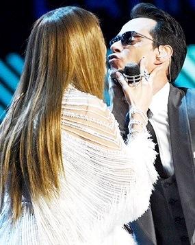 Foto de Marc Anthony alistando sus labios para recibir el beso de Jennifer López