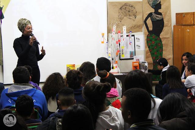 No mês da mulher, Débora Garcia leva poesia às mulheres atendidas pelo Creas em Arujá, SP