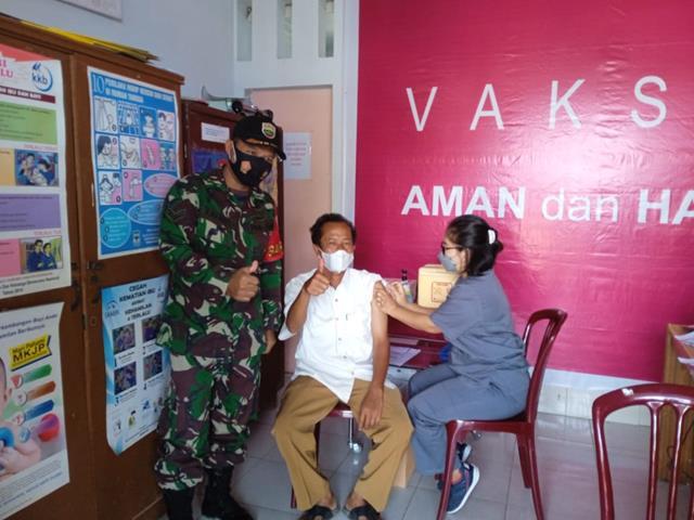 Penyuntikan Vaksin Covid-19 Didampingi Personel Jajaran Kodim 0207/Simalungun Kepada Masyarakat Dan Anak Sekolah