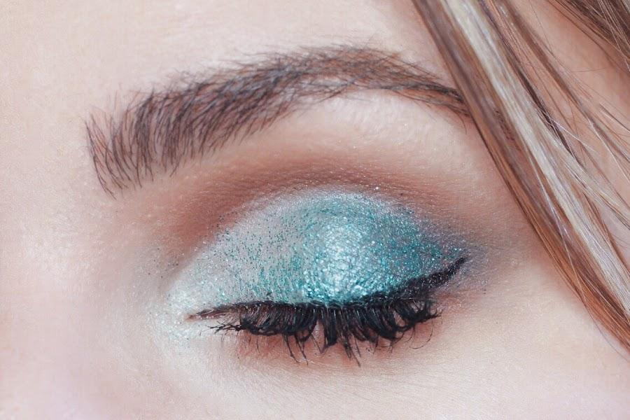 maquillaje azul con glitter