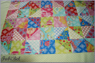 cadeau bébé fille patchwork quilt dessus lit