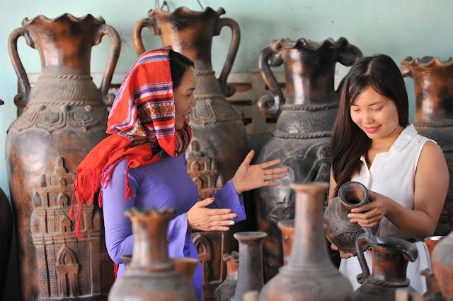 Du khách hóa thân thành người Chăm trong làng gốm Bàu Trúc