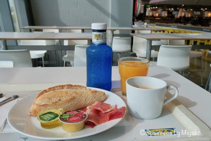 IKEA スペインのイケアのカフェテリアで食べるハモンセラーノ朝食セット