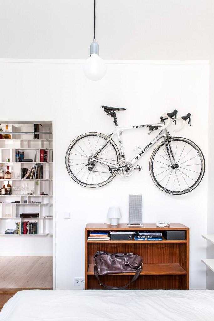 bicicleta colgada en dormitorio