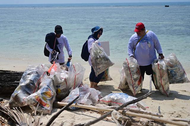 Aksi bersih pantai di Pulau Sangiang