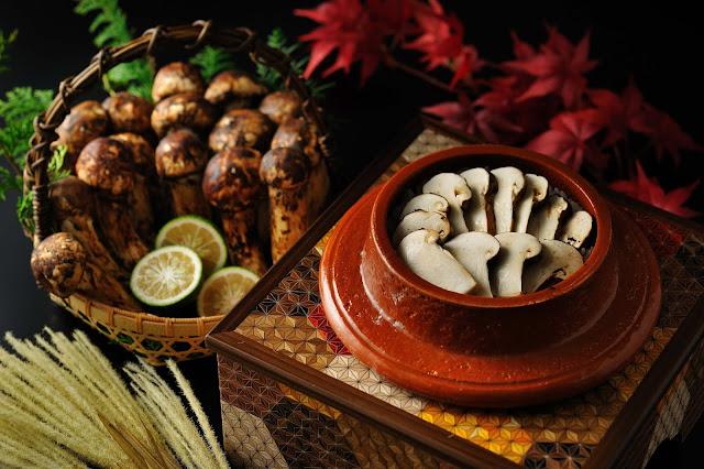 """Nhật Bản có một câu nói nổi tiếng về mùa thu - """"shokuyoku no aki"""", mùa thu là mùa của sự thèm ăn thịnh soạn. Vơi ám chỉ rằng, mùa thu ở Nhật Bản là một thời điểm để bạn có thể thưởng thức vô vàn hương vị hấp dẫn, thơm ngon."""