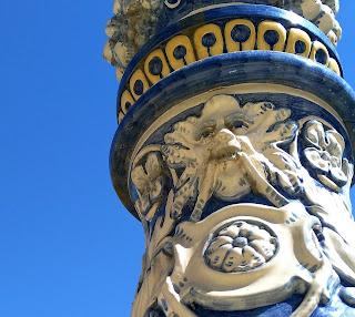 Imagen de rostro mitológico en cerámica de la Plaza de España en Sevilla.