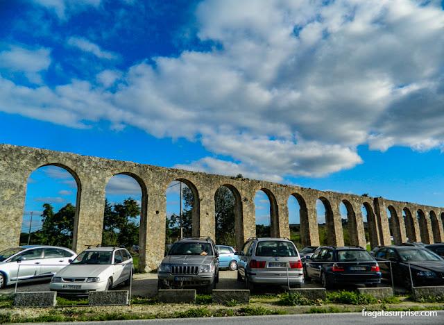 Estacionamento ao lado do Aqueduto de Óbidos, Portugal