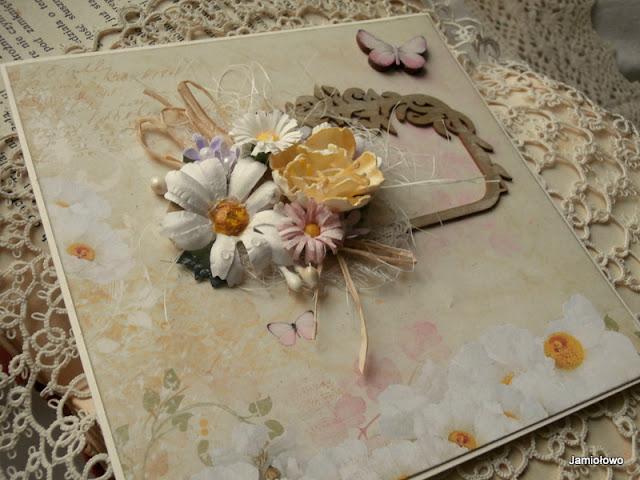 kartka z kwiatami i motylem