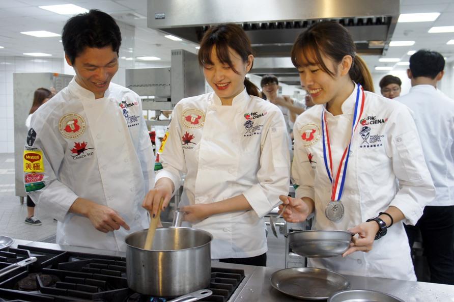 大葉人新聞網: 2015年國際烹飪藝術賽 大葉大學餐旅系師生勇奪1金1銀3銅