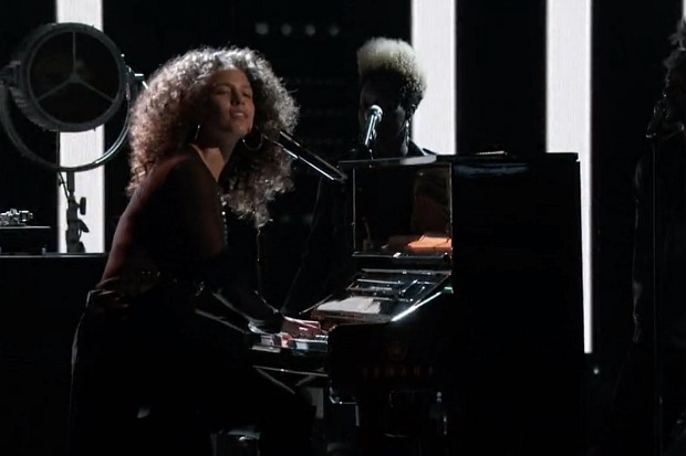 "Alicia Keys canta ""Holy War"" junto a Adam Levine en The Voice"