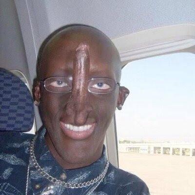 Witziger hässlicher Mann mit Penis im Gesicht zum lachen