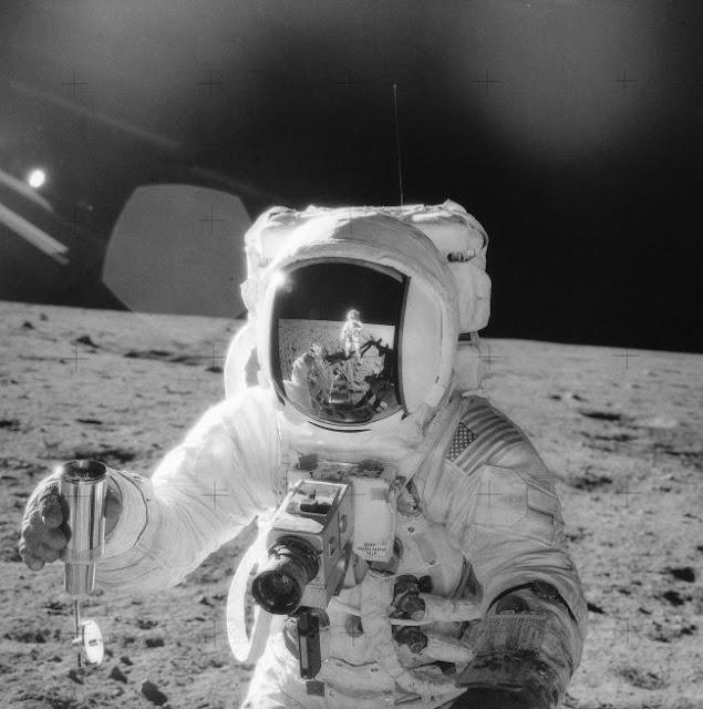 Astronauta da missão Apollo 14 coletando amostras da superfície lunar