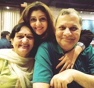 Foto Juhi Parmar dengan Orangtuanya
