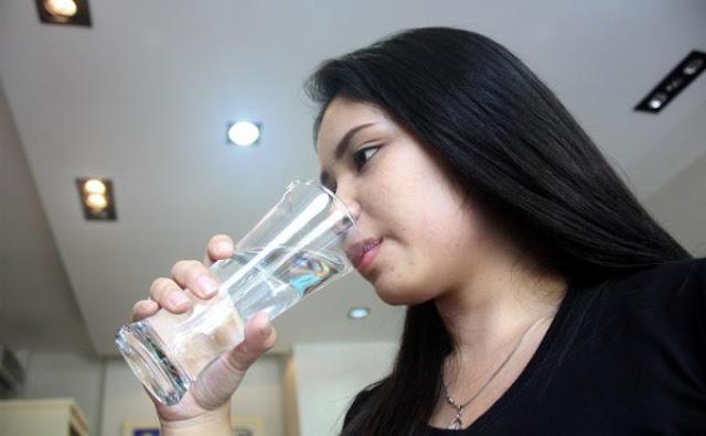 Bukannya Menyehatkan, Kebanyakan Minum Air Justru Merusak Ginjal