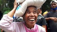 Sukacita Seorang Ibu di Samosir Terima Bantuan Pangan dari VR