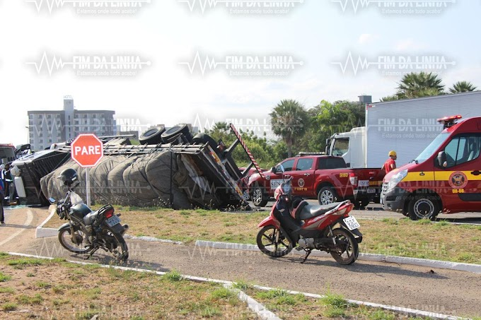 Caminhão carregado tomba na rotatória do Thermas em Mossoró e motorista fica ferido