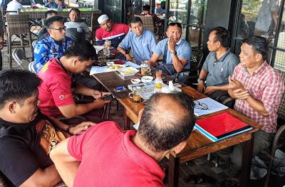 SERIUS. Ofisial tim dan panitia membahas regulasi pertandingan babak 16 besar di Cafe 36, Sungguminasa, Jumat, 15 Maret.