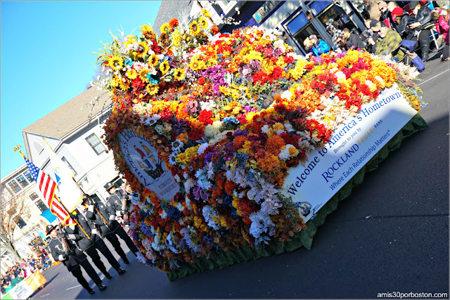 """Welcome To Parade Flower Car"" en el Desfile de Acción de Gracias de Plymouth"