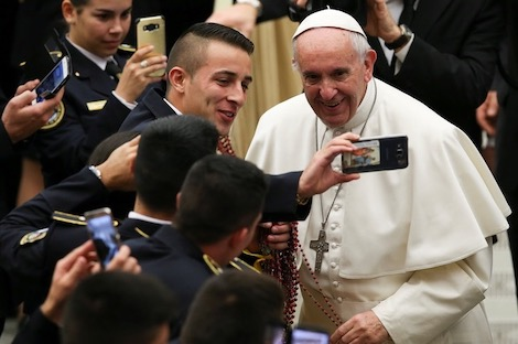 """البابا: """"مأساة الهواتف الذكية"""" يصعب وصفها"""