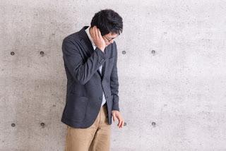 難聴が原因で認知症に苦しんでいる男性のイメージ画像