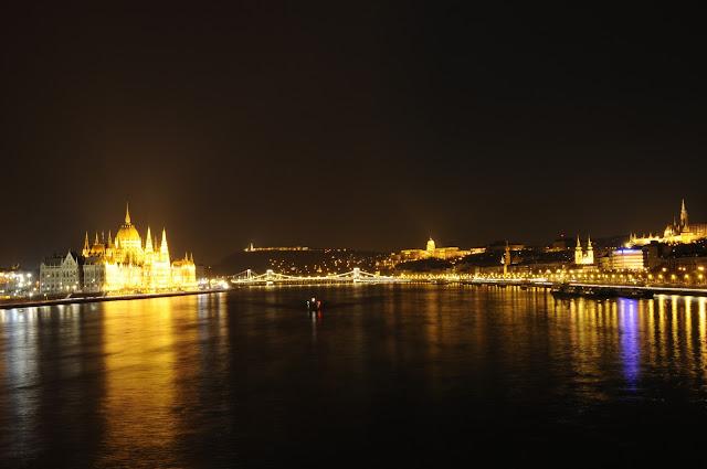 Z lewej parlament, z prawej zamek
