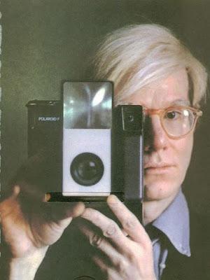 Энди Уорхол за фотографированием