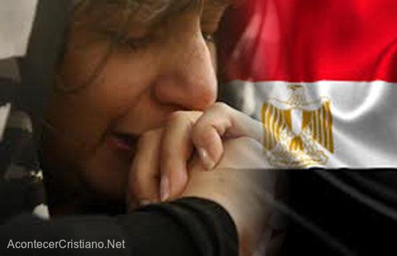 Mujer cristiana egipcia llorando