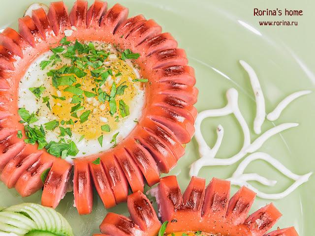 Цветок из сосиски на сковородке: рецепт