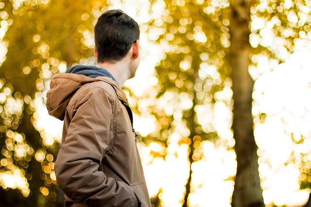 Homme dans la forêt lumineuse