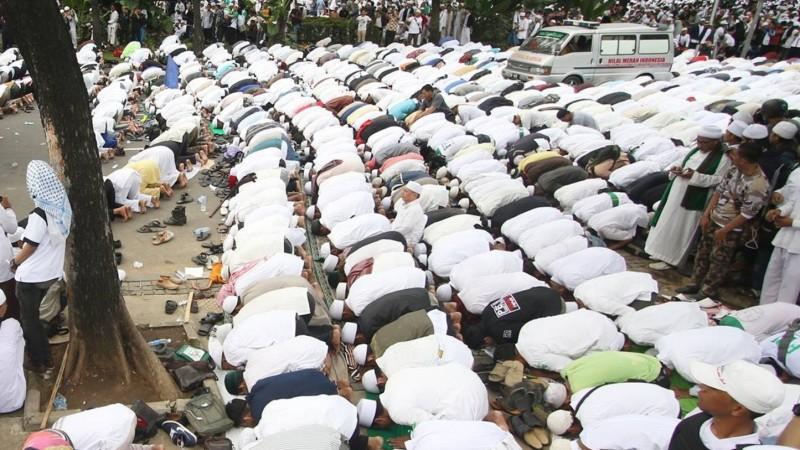 Ribuan massa ormas Islam melaksanakan salat saat mendatangi Balai Kota Jakarta