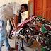 Personil Satgas TMMD Reg-109 Bantu Masyarakat Perbaiki Ban Bocor