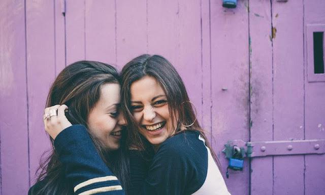 10 علامات ستفتح عينيك على الصديق الذي لا يمكنك العيش بدونه