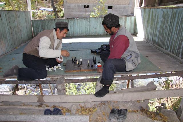 Kirghizistan, Arslanbob, Hayat, chaïkhana Soy Buyi, tapchane, tapshan, joueurs d'échecs, © L. Gigout, 2012