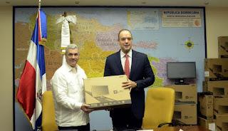 Indotel entrega a MOPC 500 computadoras como parte del programa República Digital