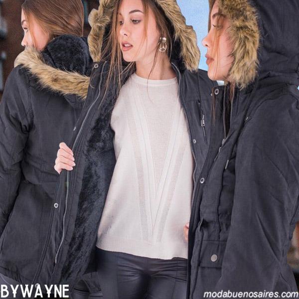 CAMPERAS PARKAS CON CAPUCHA DE PIEL MUJER. Moda invierno 2019 urbana mujer argentina. Sweaters tejidos de colores, vestidos animal print y camperas bikers, inflables y parkas. Moda invierno 2019 Argentina.