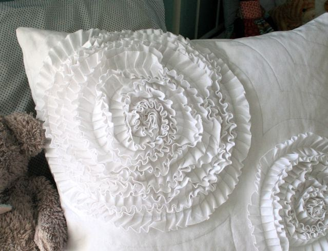 mmmcrafts make a ruffle circle pillow sham. Black Bedroom Furniture Sets. Home Design Ideas